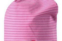 Розовые и синие детские шапки