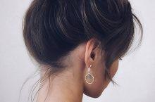 Модная женская прическа — высокий пучок на макушке с челкой, фото